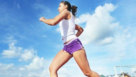 - Test klær og sko du skal løpe med før selve konkurransedagen, råder løpeekspert. Hun mener både klær og sko kan gnage og gå utover prestasjonen din.