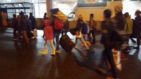 BLIR MØTT AV FRIVILLIGE: Asylsøkere har ankommet Oslo med buss og får hjelp av frivillige til å finne veien til Tøyen og Politiets utlendingsenhet.