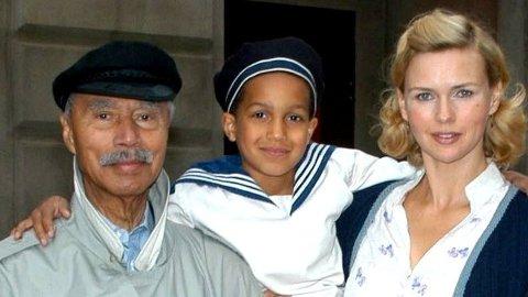 Historien til Hans-Jürgen Massaquoi ble til TV-film i 2006. Her står han sammen med to av skuespillerne fra filmen.