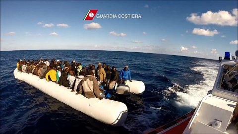 Italiensk kystvakt plukker opp en båt med migranter lille julaften.