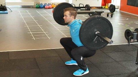 De fleste treningsprogram inneholder gjerne knebøy. Istedenfor å vente på ledig plass og vektstang så gjør ettbeins hip-thrust istedenfor, sier PT.