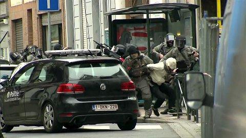En mann blir pågrepet i aksjonen mot leiligheten der Salah Abdeslam gjemte seg i Molenbeek i Brussel. Det er ikke bekreftet at mannen på bildet er Abdeslam.