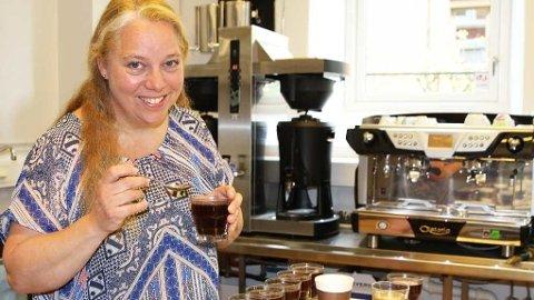 - Det er ingen som liker sur traktekaffe. Så lenge trakteren er ren og kaffen fersk så skal den ikke smake surt, sier Marit Lynes til Side2.