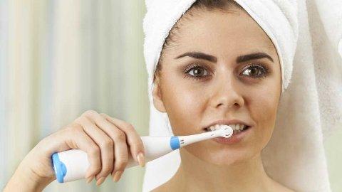 Hvis du sverger til elektrisk tannbørste, bør du ikke pusse for hardt slik at busten bøyer seg. Da blir tannpussen lite effektiv.
