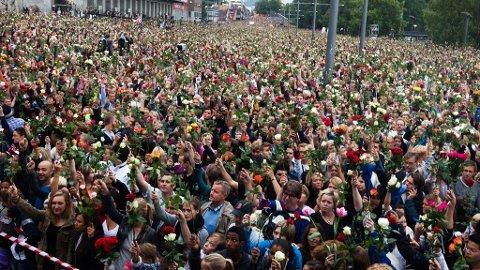 TAR LANG TID: - Vi som samfunn har behov for å gjenerobre tryggheten, og for fem år siden begynte vi den prosessen dagen etter angrepet. Men for de som rammes, tar det lengre tid, mye lengre tid, sier psykiater Grete Dyb. Bildet er fra rosetoget i Oslo 25. juli.
