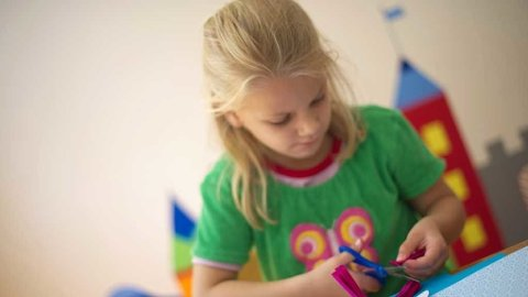 OVERGANG: Fra barnehage til skole er en overgang, men aktivitetsskolen med mye lek og «bli kjent aktiviteter» de første ukene kan gjøre overgangen mykere.