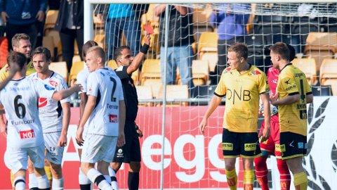 KONTROVERSIELT: Dommer Svein-Erik Edvartsen ga rødt kort til LSK-kaptein Frode Kippe, men viste først kortet til en annen Lillestrøm-spiller.