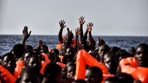 Flykninger fra Afrika venter på å bli plukket opp av et større skip utenfor kysten av Libya, som har blitt den nye hovedruten for migranter inn i Europa. Den nye ruten fører med seg en helt annen type mennesker enn før.