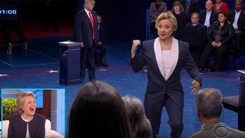 DANS: Hillary Clinton slår seg løs. Og damen har ikke så verst mooves!