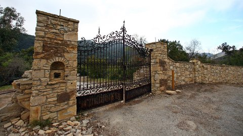 MURPHY RANCH: Bak denne porten forberedte Hitler-sympatisører seg til en ny hverdag. Dersom Tyskland hadde vunnet den andre verdenskrig, var førerens tanke at han skulle lede an i den nye verdensordenen fra spektakulære Murphy Ranch i åsene over Los Angeles.