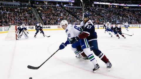 TAPTE: Andreas Martinsen (t.h.) i aksjon mot Vancouver Canucks i Denver natt til søndag.