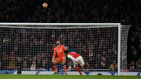 HODESTØT: Arsenals Mesut Özil stanget ballen i en flott bue over Stokes sisteskanse.