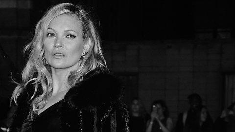 RIK OG BERØMT: Kate Moss (43) startet modellkarrieren allerede som 14-åring. Hun ble oppdaget av en modellspeider på JFK-flyplassen i New York. Siden har hun gått modell for de største merkene i verden, og har i dag en anslått inntekt på syv millioner dollar (65 millioner kroner) i året, ifølge Forbes.