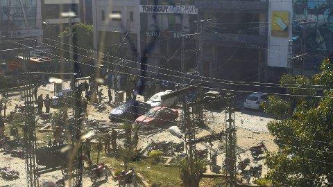 EKSPLOSJON: Bilde fra området der en bombe gikk av i Lahore torsdag.