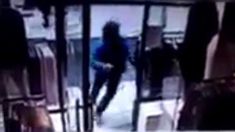 UNNSLIPPER I SISTE SEKUND: Overvåkningsvideo viser folk løpende i gaten og inn i butikker mens lastebilen kjører i full fart.