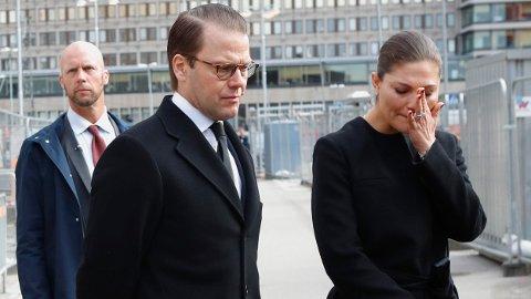 BERØRT: Kronprinsparet fra Sverige, Victoria og Daniel legger ned blomster utenfor Åhlens city lørdag formiddag.