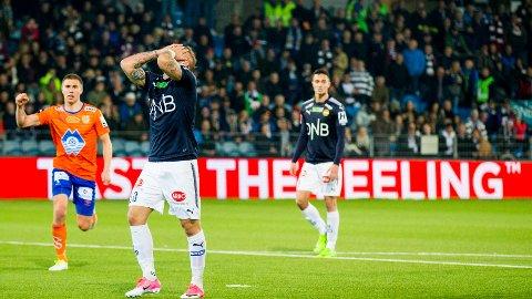 BOM FRA MERKET: Marcus Pedersen fortvilte etter å ha bommet på straffespark mot Aalesund. Få minutter seinere ble han byttet ut.