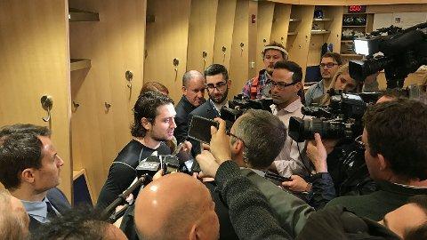 OMSVERMET: Mats Zuccarello snakker med nordamerikansk presse i Rangers-garderoben.