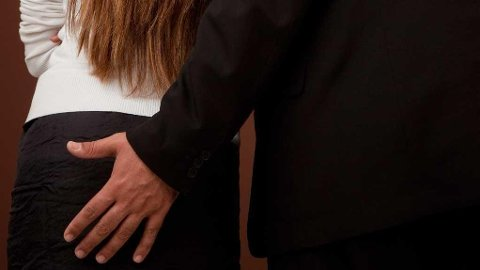 Seksuell trakassering defineres som regel som uønsket seksuell oppmerksomhet som oppleves som krekende og plagsom for den som rammes.