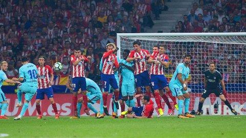 GYLLEN SJANSE: Frispark til Lionel Messi og Barcelona rett utenfor 16-meteren pleier å være ytterst farlig. Langt inn i overtida skjedde nettopp det da katalanerne holdt på å stjele med seg alle poengene fra møtet med Atlético Madrid.