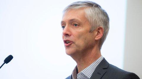 Steinar Holden, professor ved Økonomisk institutt, UiO, advarer nordmenn mot høy gjeld, til tross for at det er tilnærmet gratis å låne penger.