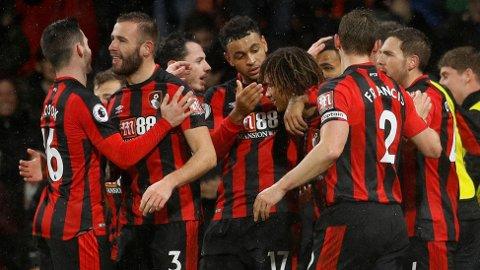 MIDTPUNKT: Joshua King (midten) jublet for scoring med Nathan Aké og øvrige Bournemouth-spillere mot West Ham. Men den lange ventetida på en ny seier i ligaen fortsetter.