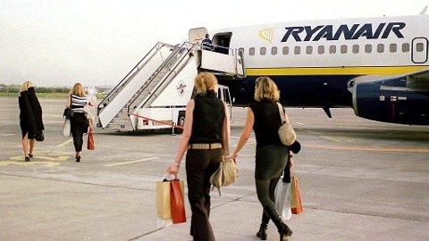 KUTTER HÅNDBAGASJEN: Ryanair har innført strengere regler for å med håndbagasje på flyturene.