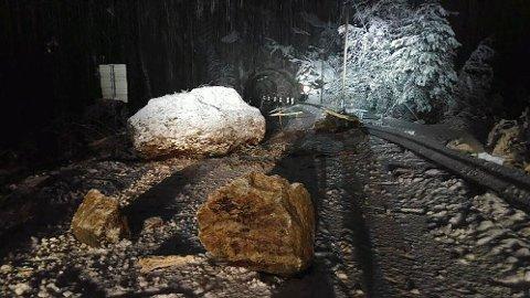 Riksveg 13 er stengt mellom Falkalitunnelen og Vikatunnelen i Suldal. Vegen stengt på grunn av store steinblokker som har falt ned og sperrer hele vegbanen. Geologer skal sjekke området i dagslys.