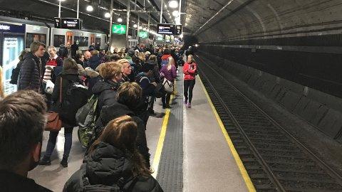 En hendelse på Nationaltheatret jernbanestasjon førte til mange forsinkelser torsdag morgen.