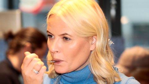 """Mandag 26.02 besøker Mette-Marit senteret Sex og samfunn der søkelyset rettes mot skambelagte temaer innenfor seksualitet, Her avbildet på matkurs med fokus på """"overskuddsmat"""" på Frydenberg skole i Oslo i 2017."""