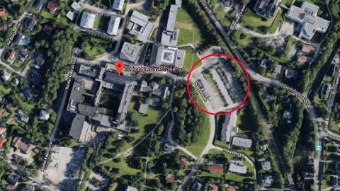 FJERNER: Ved Diakonhjemmet sykehus i Oslo skal det bygges omsorgsboliger og et nytt sykehjem, men 100 av dagens 250 parkeringsplasser på området (markert på bilde) blir fjernet. Det får tidligere Høyre-ordfører Fabian Stang til å reagere.