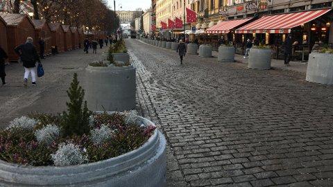 BETONGRØR: Slik så Karl Johans gate ut før jul i fjor etter at betongrørene var blitt plassert ut langs hovedgaten. Mange reagerte på tiltaket, men nå er rørene fjernet.