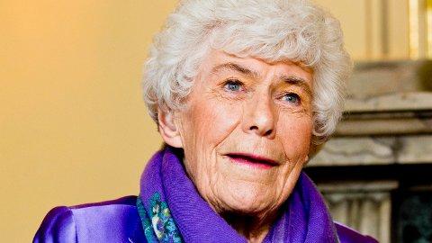 MÅ FLYTTE: Ingrid Espelid Hovig må flytte fra sykehjemmet der hun trives, og hennes pårørende reagerer på det. Dette bildet ble tatt for fire år siden, da regjeringen feiret hennes 90-årsdag.