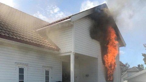 Eneboligen begynte å brenne på grunn av et el-sykkelbatteri.