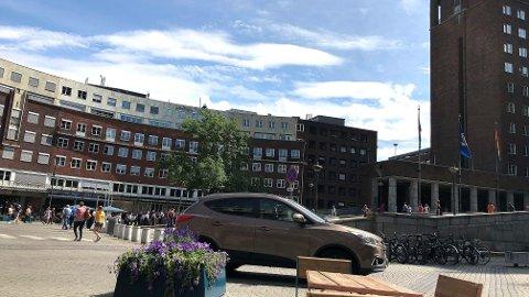 IKKE BILFRITT: Etter tre uker med forbud mot innkjøring kjører det biler over Fridtjof Nansens plass foran rådhuset i Oslo. Men politiet vil foreløpig ikke bøtelegge noen. Bildet ble tatt torsdag ettermiddag.