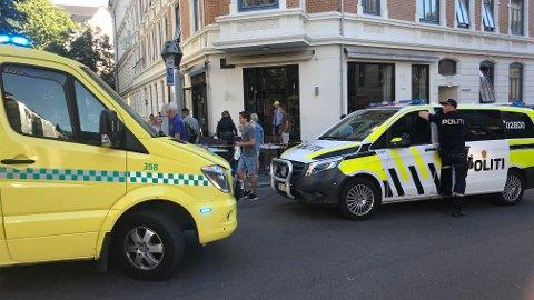 En person får medisinsk hjelp av helsepersonell etter en knivstikking på Frogner i Oslo søndag kveld. Én person er pågrepet. Foto: Lars Eide / NTB scanpix