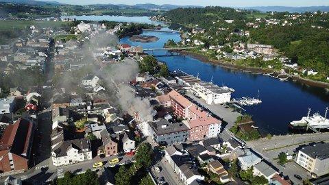 KRAFTIG RØYKUTVKLING: Det er kraftig røykutvikling fra brannen i Levanger, og politiet ber folk om å holde dører og vinduer stengt.