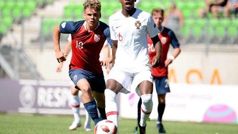 UHELDIG: Tobias Svendsen sto for en av to norske tabber i EM-åpningen. Her i duell med Luis Florentino.