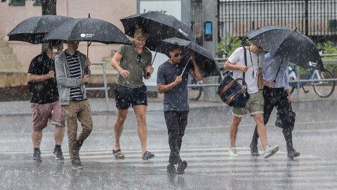 Frem til fredag kommer det til å være tørt østafjells med temperaturer over 30 grader enkelte steder, men så kommer regnet.