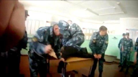VEKKER OPPSIKT: Publisering av den grove videoen har ført til at 17 fengselsbetjenter har fått sparken fra det russiske fengselet.