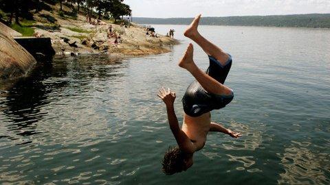 DRUKNING OG MOBIL: Tyske badevakter ber foreldre legge vekk mobilen og følge med på barna når de bader. Dette illustrasjonsfotoet er tatt på Ingierstrand utenfor Oslo i sommer.