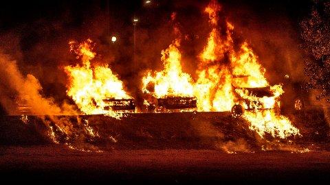 Rundt 100 biler ble påtent og vandalisert av svartkledde og maskerte ungdommer i flere svenske byer natt til tirsdag, blant annet i Trollhättan (bildet). Foto: Joachim Nywall / TT / NTB scanpix