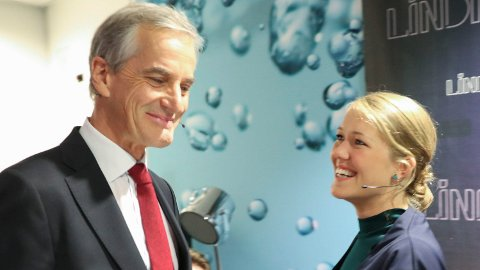 Ap-leder Jonas Gahr Støre og Une Aina Bastholm (talsperson i MDG) har grunn til å smile av partibarometeret for juli, utført for Dagens Næringsliv. Her er de to avbildet i forbindelse med partilederdebatten på NRK i 2017.