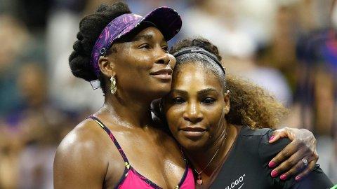 SLO STORESØSTER: Venus Williams (tv) ble knust av lillesøsteren, Serena (th) i US Open.
