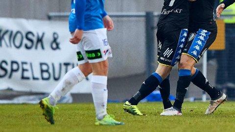 SKAL ETTERFORSKES: To kamper i svensk fotball. Bildet er et illustrasjonsfoto fra en tilfeldig kamp i Sverige.