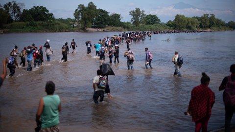 Tusenvis av mellomamerikanere har de siste ukene flyktet fra vold og fattigdom i hjemlandet og lagt ut på en marsj nordover mot USA. Disse krysset mandag Suchiate-elva som utgjør grensa mellom Guatemala og Mexico. Foto: AP / NTB scanpix