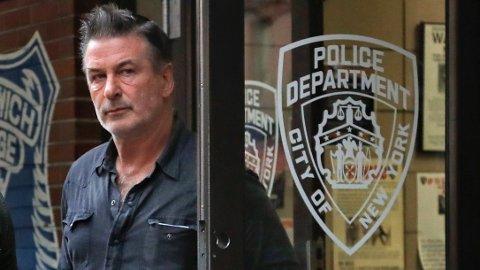 Alec Baldwin på vei ut av New York Police Department fredag. Foto: Julie Jacobson / AP / NTB scanpix