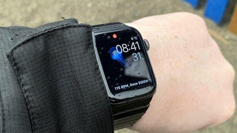 SERIES 4: Apples nye smartklokke har blitt bedre på veldig mye, uten at det går ut over noen ting. Men den er fortsatt langt fra perfekt.