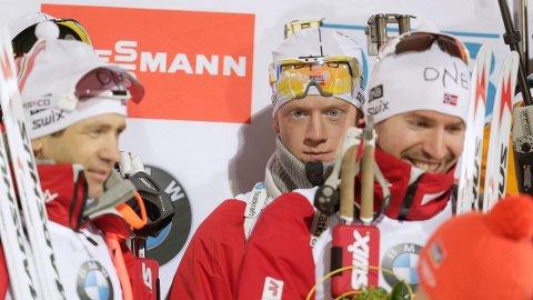DEN GANG DA: Johannes Thingnes Bø var ikke den største norske skiskytterstjernen i 2015, da dette bildet ble tatt. I forgrunnen smiler Ole Einar Bjørndalen og Emil Hegle Svendsen, som på den tiden var de store stjernene for Norge. Begge to la opp etter forrige sesong.