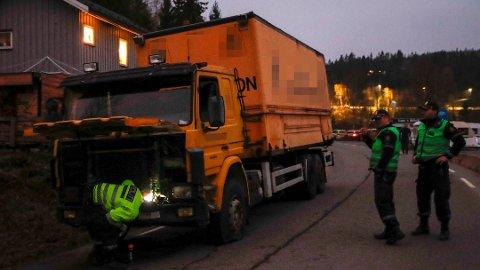 SKJØT DEKKENE: Politiet avfyrte skudd mot dekkene på en lastebil de forsøkte å stoppe ved Vinterbro lørdag ettermiddag.